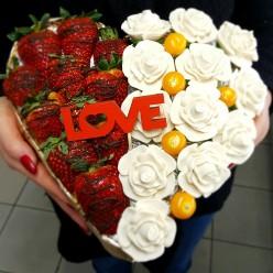 Клубника и белые розы